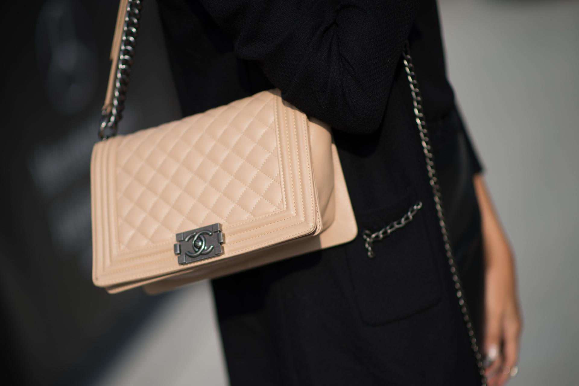 546671f23 ... closet disponível para alugueis de bolsas e acessórios de luxo. Com  acervo próprio e de terceiros, a BoBAGS conta com maisons como Chanel,  Gucci, Dior, ...